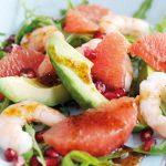 Salade d'avocat, pamplemousses roses, grenades et crevettes